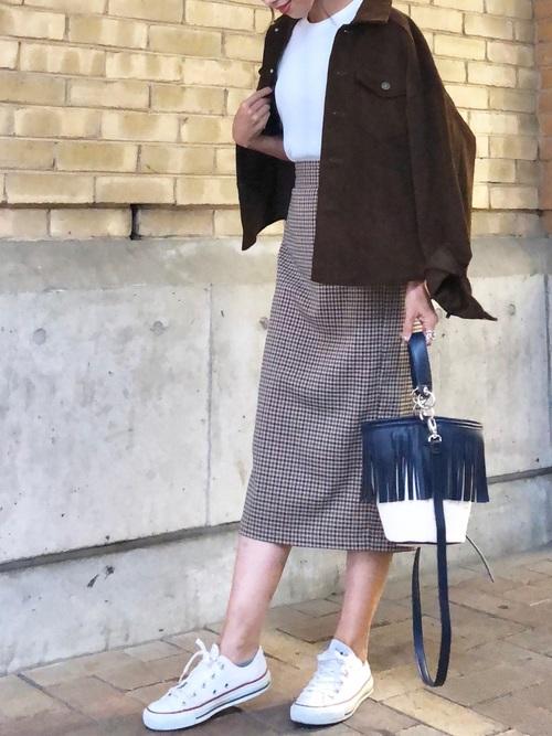 ダークブラウンコーデュロイシャツ×チェックタイトスカートのコーデ画像