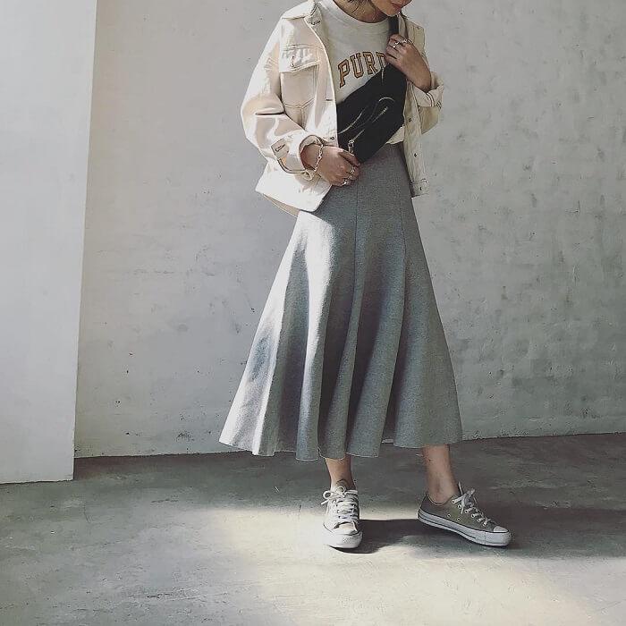 グレーフレアスカート×ホワイトGジャンのコーデ画像
