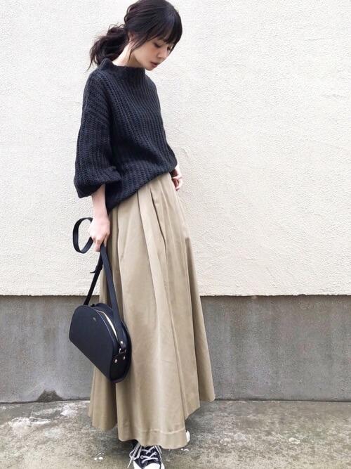 ブラック ざっくりニット×ベージュ ロングフレアスカートのコーデ画像