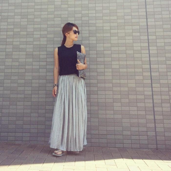 黒のタンクトップ×グレープリーツスカート&グレーサンダルのコーデ画像
