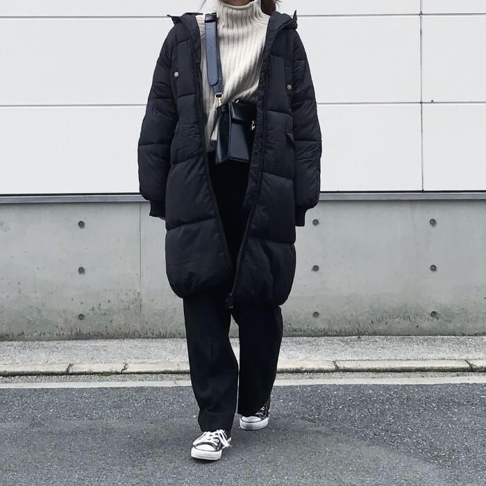 黒パンツのデイリーコーデ×黒ダウンコートのコーデ画像
