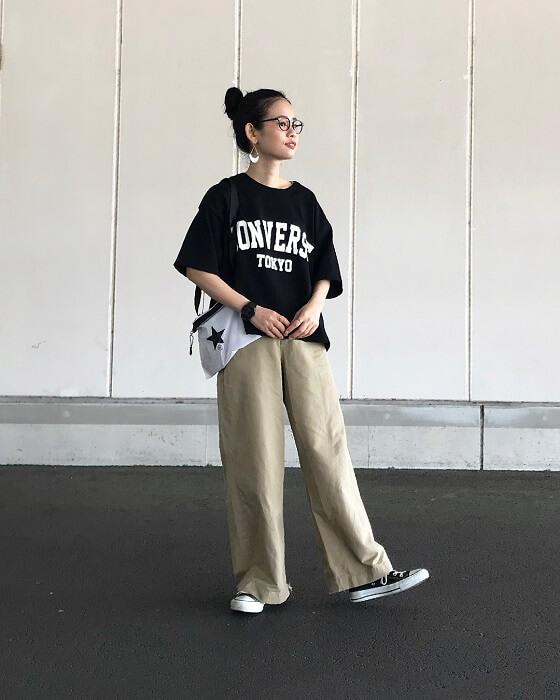 黒プリントTシャツ×ワイドチノパンツのコーデ画像