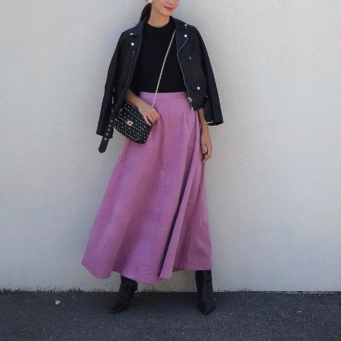 レザージャケット×ピンクコーデュロイロングスカート