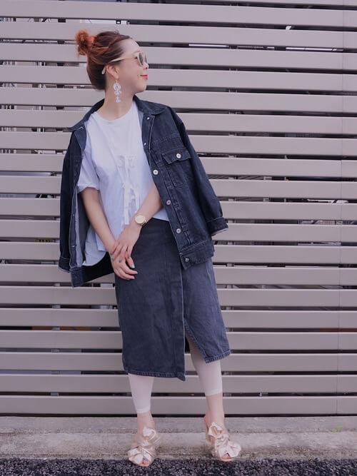 デニムスカート×白レギンスのコーデ画像