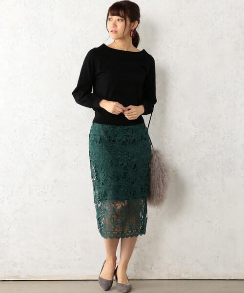黒ニット×ダークグリーンのタイトレーススカートのコーデ画像