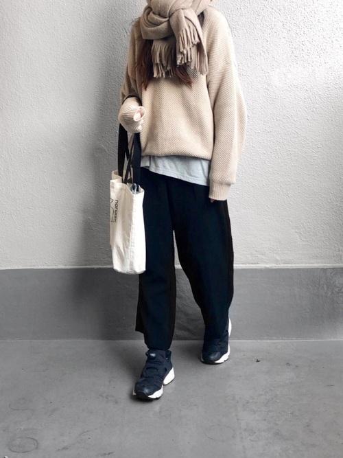 カシミヤセーター×ガウチョパンツ×ポンプフューリーのコーデ画像