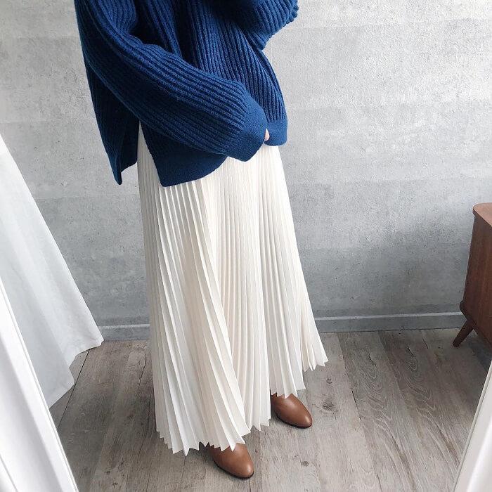 青ニット×白プリーツスカートのコーデ画像