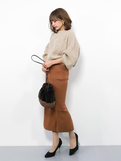 ベージュニット×茶色タイトスカートのワントーンコーデ画像