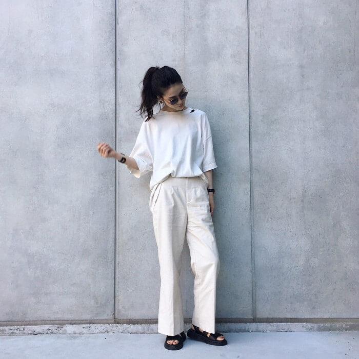 真っ白な七分袖Tシャツとオフホワイトのボトムスのコーデ画像