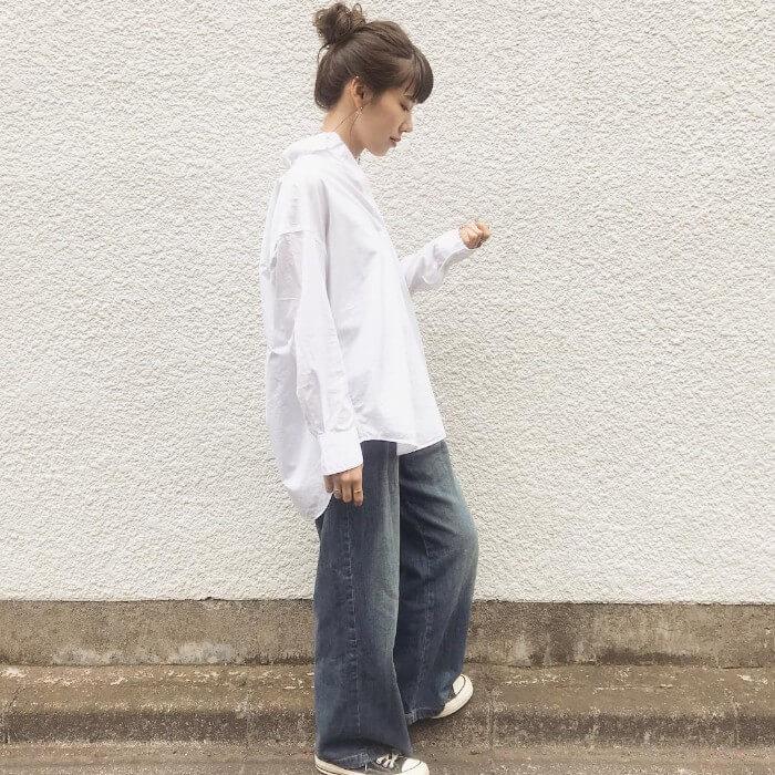 白シャツ×デニムワイドパンツのコーデ画像