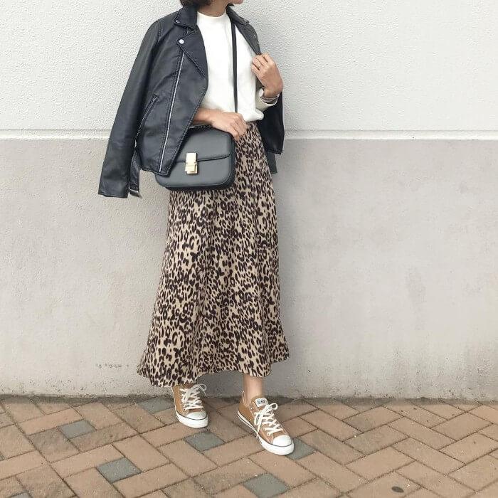 白ニット×レオパード柄スカートのコーデ画像