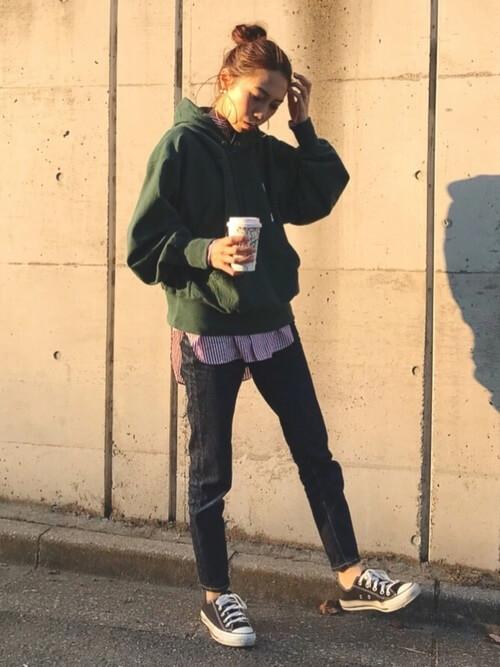 緑パーカー×デニムパンツのコーデ画像
