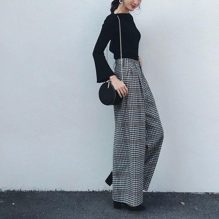 黒ニット×グレーのチェック柄パンツのコーデ画像
