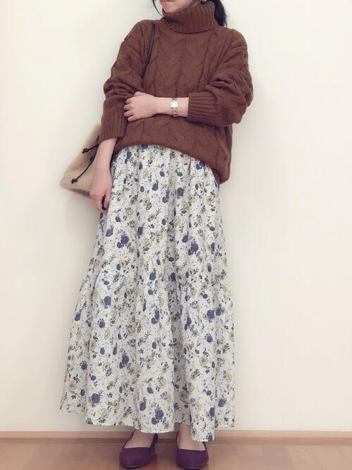ざっくりニットと花柄スカートのコーデ画像