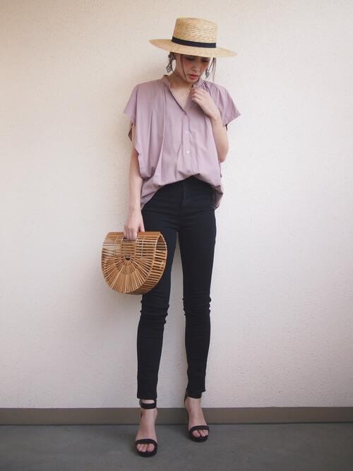 ピンクシャツ×黒タイトパンツ×ハットのコーデ画像