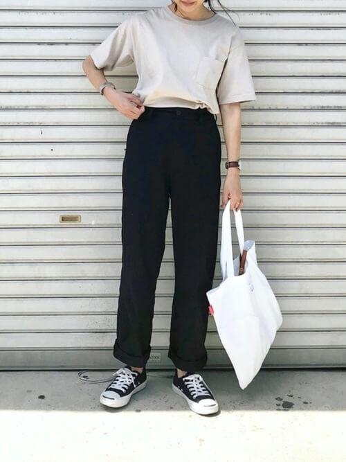 黒チノパン×Tシャツのコーデ画像