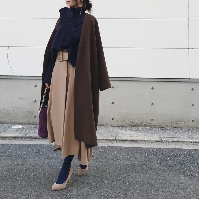ベージュスカート×ブラウンコートのコーデ画像