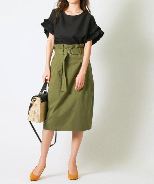 黒ブラウス×カーキコクーンスカートのコーデ画像
