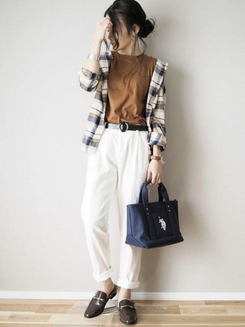 チェックシャツ×白テーパードパンツのコーデ画像