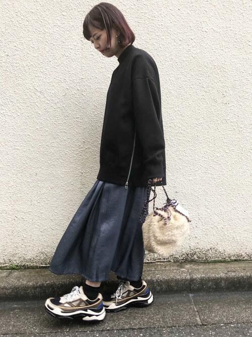 ライトブループリーツスカート×黒プルオーバーのコーデ画像