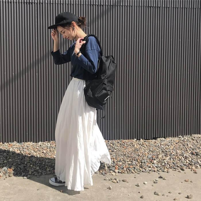 ロゴTシャツ×白マキシ丈スカート×黒リュックのコーデ画像