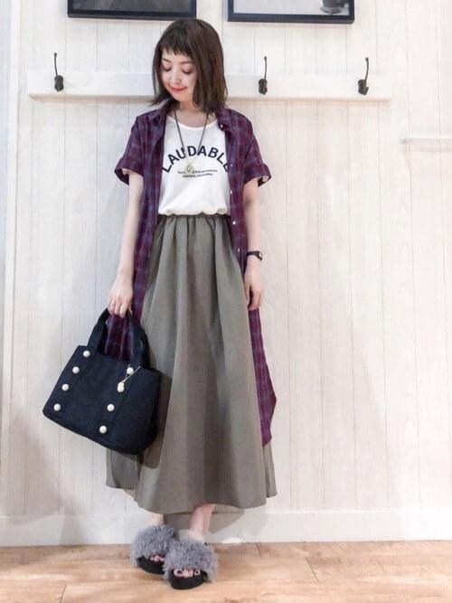 赤チェックロングシャツ×カーキマキシフレアスカートのコーデ画像