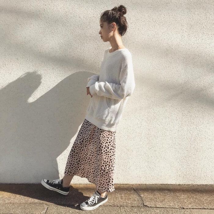 白ロングTシャツ×レオパード柄スカートのコーデ画像