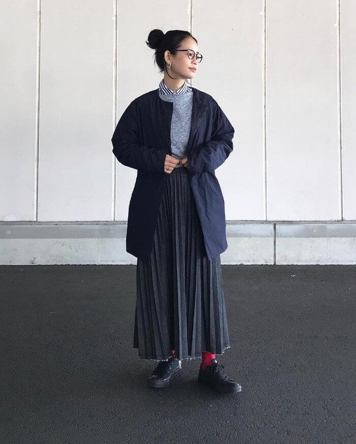デニムプリーツスカート×黒スニーカー×赤タイツの秋冬コーデ画像