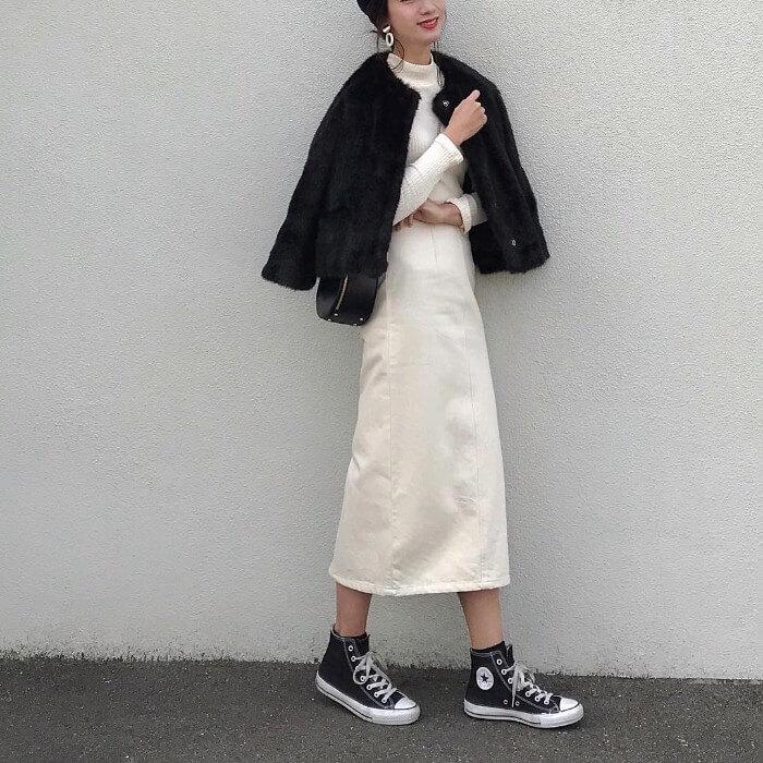 黒ファーコート×白デニムフレアスカート×スニーカーのコーデ画像