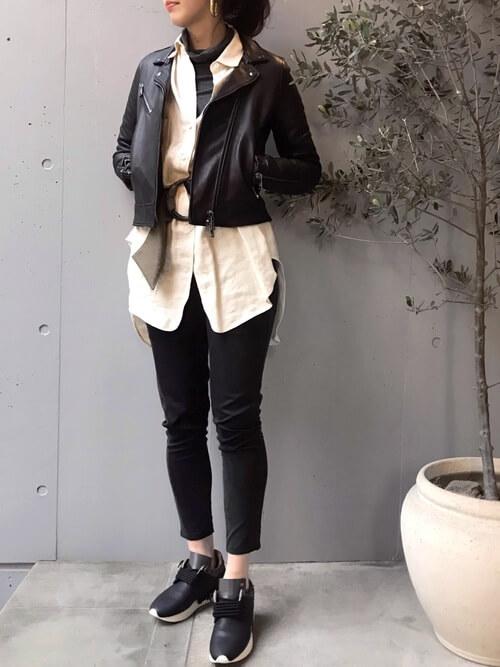 黒のレザージャケットと白シャツのコーデ画像