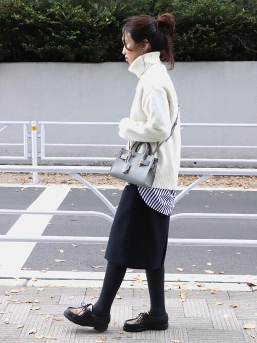 ネイビーブルーのフェミニンプリーツスカートとブルー系ストライプシャツのコーデ画像