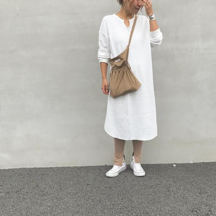 白ワンピース×ベージュレギンス×白スニーカーのコーデ画像