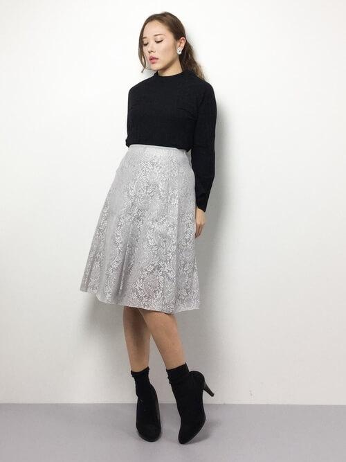 黒クルーネックカットソー×グレーレースフレアスカートのコーデ画像