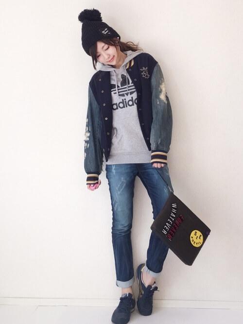 バイカラースタジャン×ジーンズの重ね着コーデ画像