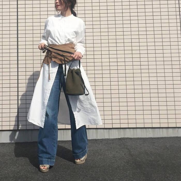 白シャツワンピース×ベージュコルセットベルトのコーデ画像