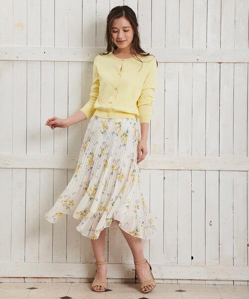 イエローカーディガン×花柄プリーツスカートのコーデ画像