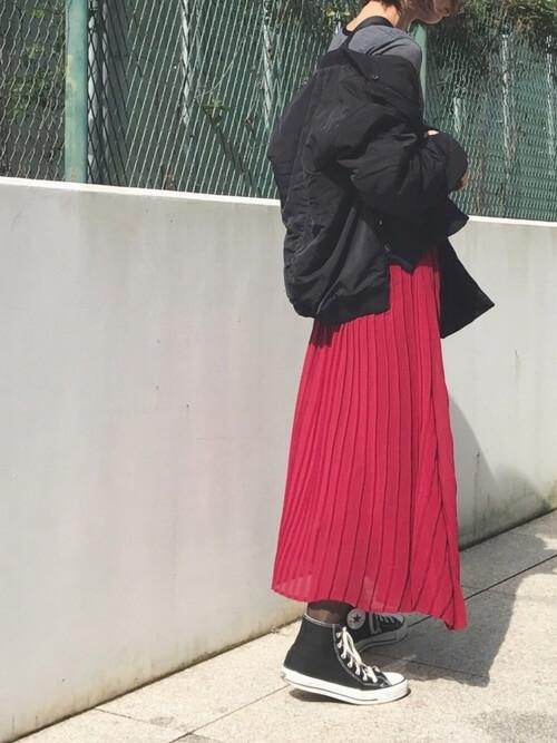 黒ブルゾン×赤プリーツロングスカートのコーデ画像