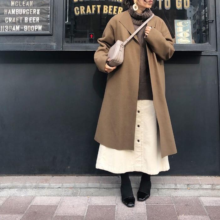 茶色ウールコート×茶色ニット×白スカートのコーデ画像