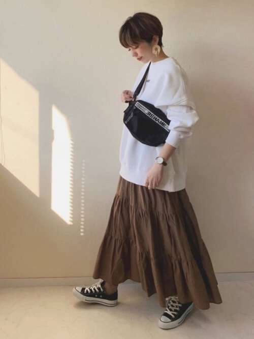 スウェット×ロングスカートと黒コンバースのコーデ画像