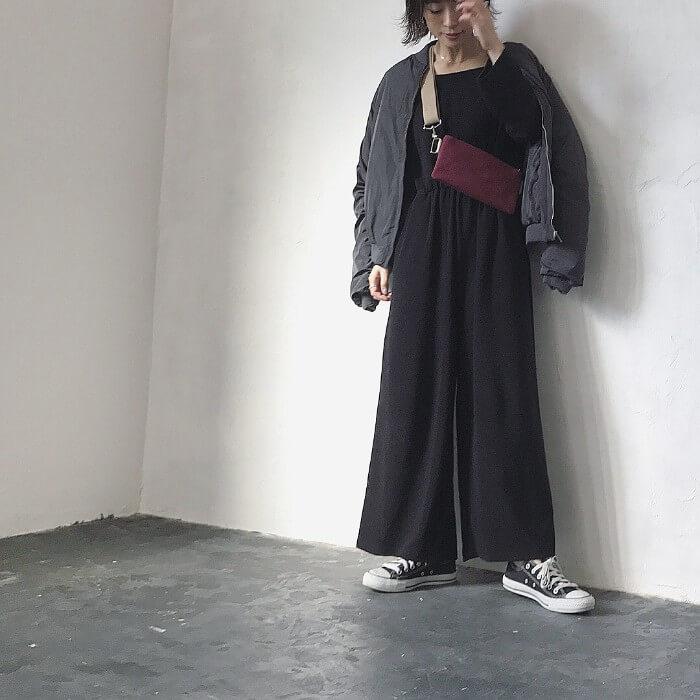 黒ブルゾン×黒オールインワンのコーデ画像