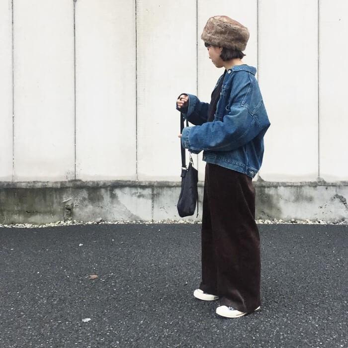 デニムジャケット×ブラックコーデュロイワイドパンツのコーデ画像