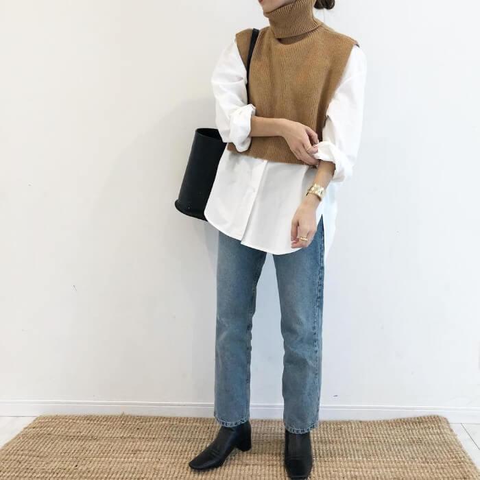 白シャツ×ベージュニットベスト×ジーンズのコーデ画像