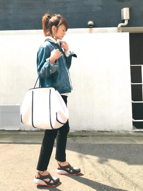 黒スキニー×白パーカー×デニムジャケットのコーデ画像