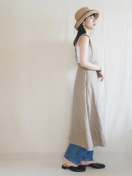リネンのジャンパースカート×中折れハットのコーデ画像