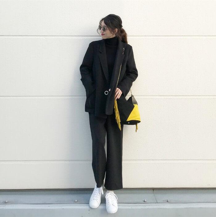 ブラックのセットアップ×白スニーカー×イエローのバッグのマスキュリンコーデ画像