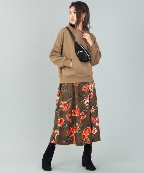 茶色パーカー×花柄ロングフレアスカートのコーデ画像