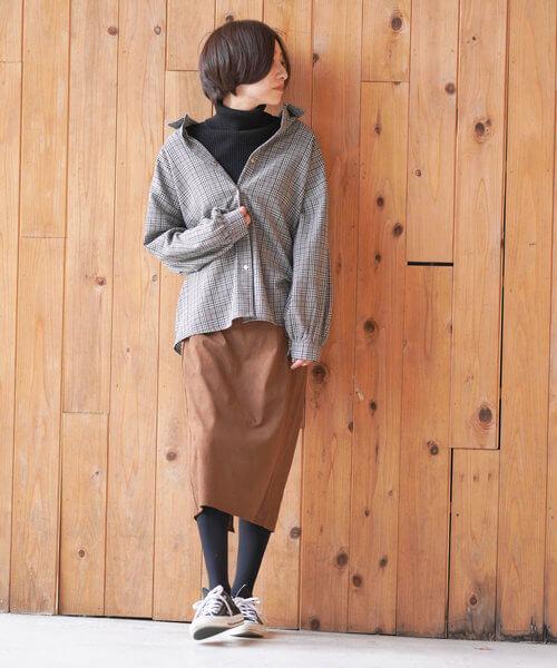 グレンチェックシャツ×ブラウンタイトスカートのコーデ画像