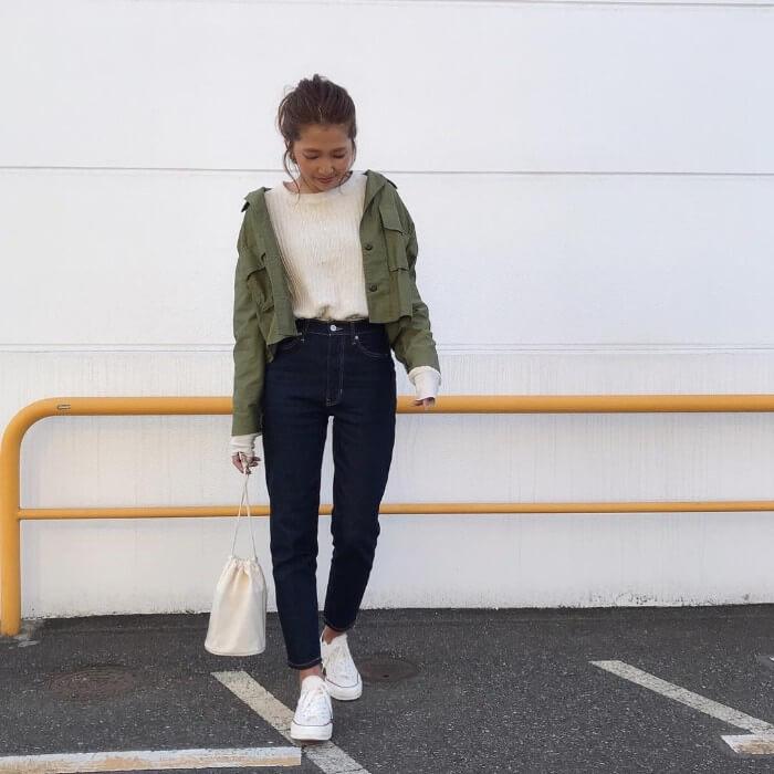 カーキシャツ×白ロンT×スキニーデニムのコーデ画像