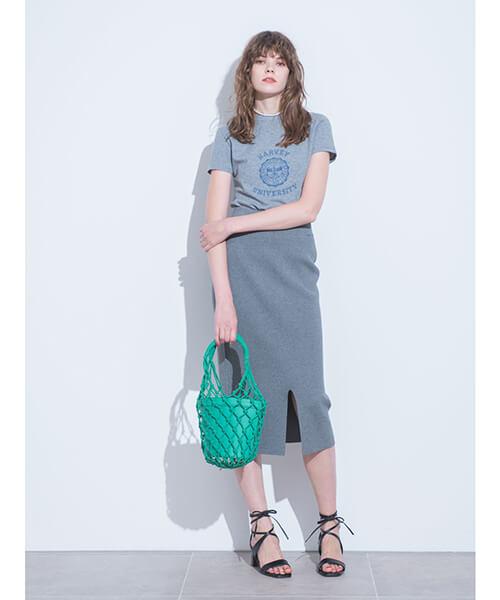 グレーニットタイトスカート×グレーTシャツのコーデ画像