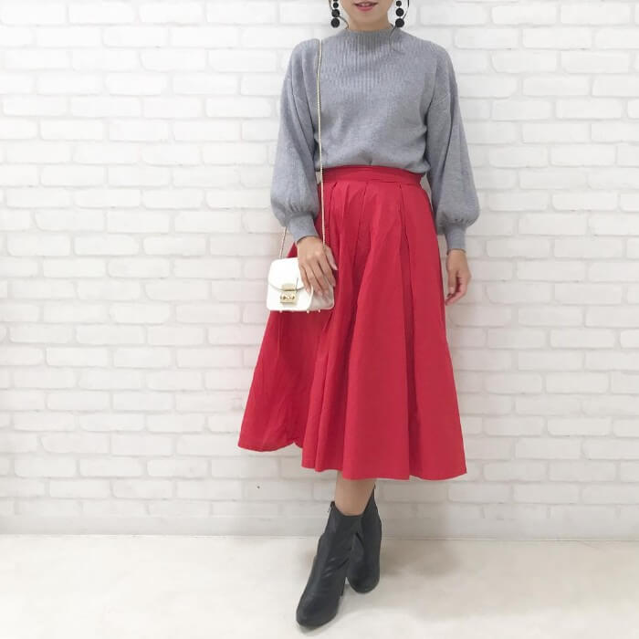 ミモレ丈フレアスカート×ボリューム袖ニットのコーデ画像